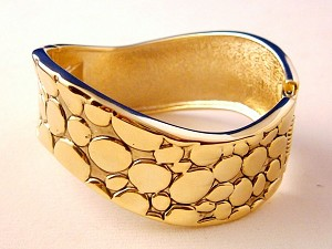 "1"" Wide Alligator Animal Print Bangle Wave Bracelet, Gold Finish Oval Shape, Coil Spring Lock, Anti-allergic Jewelry"